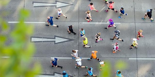 Marathonläufer*innen aus der Luft fotografiert