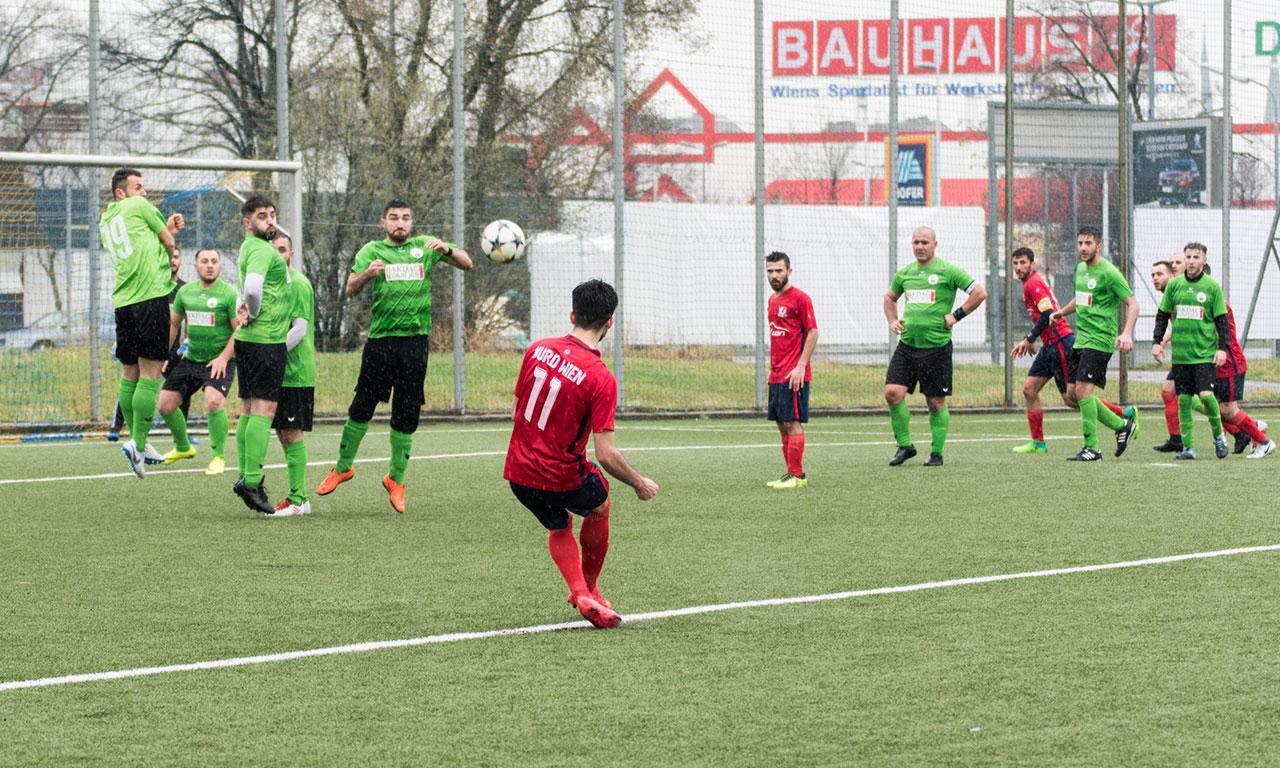 Spieler des FC Kurd und Antifa-Abordnung