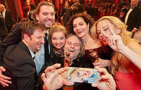 Philipp Hochmair, Ulrike Beimpold, Erich Altenkopf, Proschat Madani, Lilian Klebow machen bei der Romy-Verleihung ein Selfie