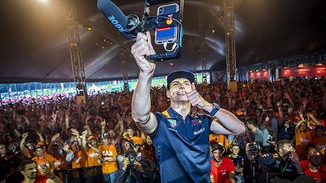 Max Verstappen macht Selfies mit Fans