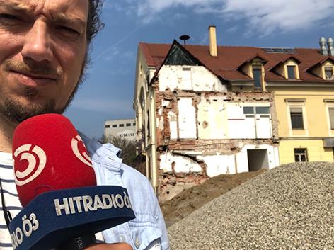 Ö3-Reporter Johann Puntigam auf einer Baustelle