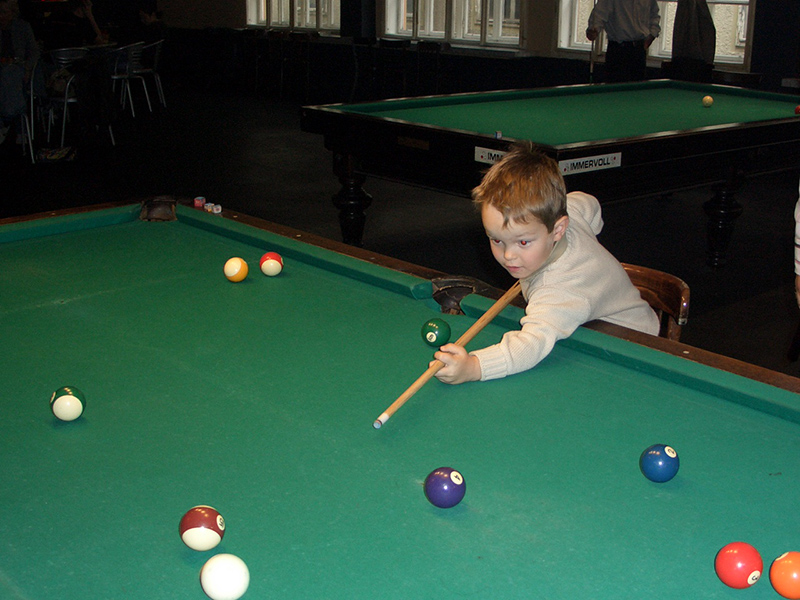 Florian Nüßle als Kind am Snooker-Tisch