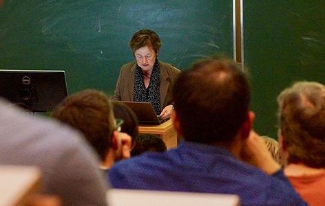 Gudrun Gersmann beim Vortrag in Wien