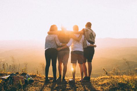Vier Freunde auf einem Gipfel