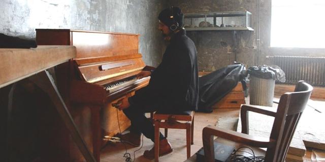 Johannes Mandorfer an einem Piano in Reykjavik