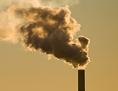 Ein Kohlekraftwerk neben einem Atommeiler und Windkrafträdern