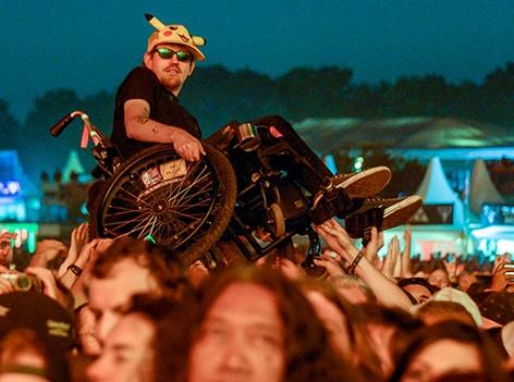 Rollstuhlfahrer bei einem Konzert