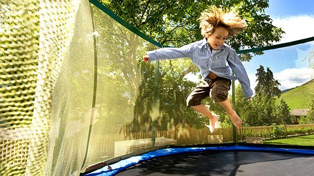 Kind beim Trampolin springen