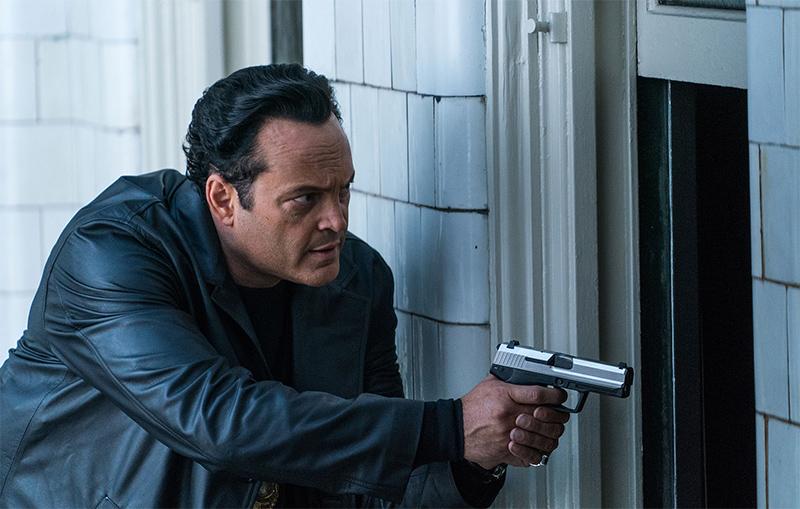 Mann mit Waffe in der Hand