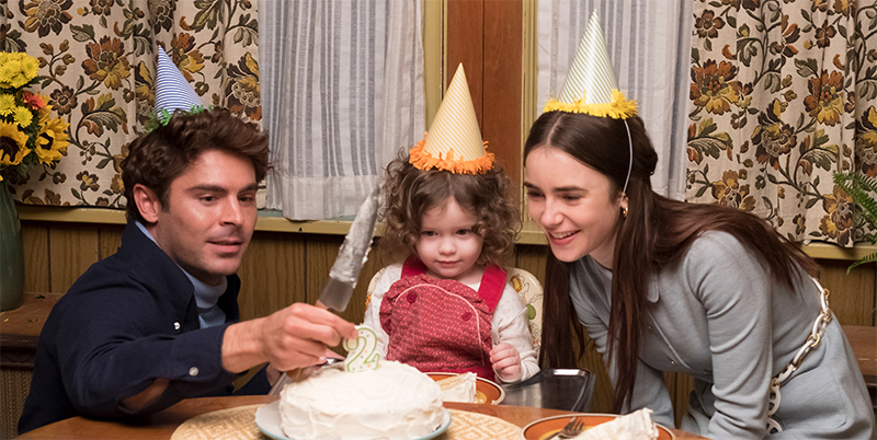 Vater, Kind und Mutter mit Geburtstagskuchen