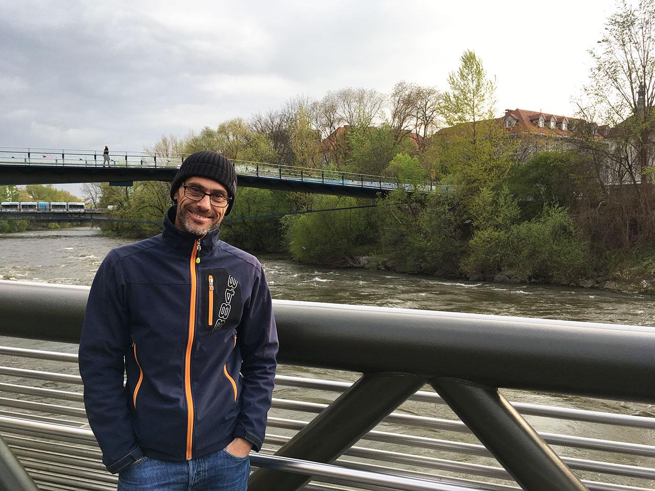 Michael Strömer auf einer Brücke über die Mur