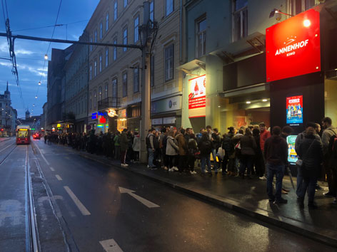 Schlange vor dem Kino Game of Thrones Premiere
