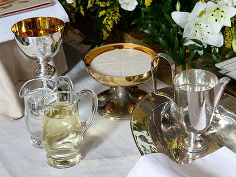 Kelch, Wein, Hostienschale zu Gabenbereitung