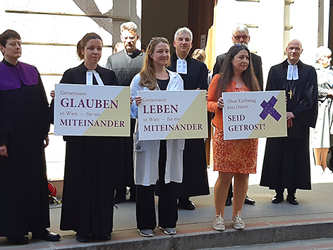 Protest gegen die neue Karfreitagsregelung vor der Dorotheerkirche in Wien