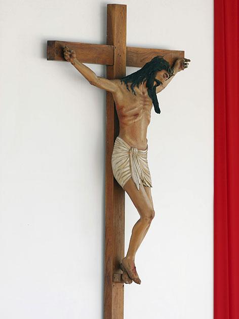Ein großes Kruzifix an einer Wand