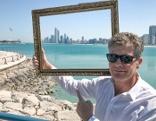 Aus dem Rahmen  Das Louvre in der Wüste - Karl Hohenlohe besucht Abu Dhabi  Originaltitel: Aus dem Rahmen wird 100
