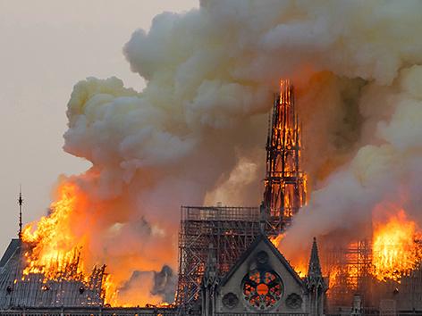 Die brenneden Kathedrale Notre-Dame in Paris
