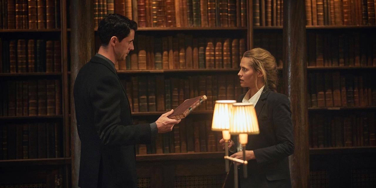 Matthew Goode als Matthew Clairmont und Teresa Palmer als Diana Bishop in der Bibliothek von Oxford