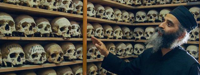 """ater Philimon führt Pilger in die """"Philosophische Schule"""", in der die Gebeine der verstorbenen Mönche ruhen"""
