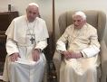 Papst Franziskus und der emeritierte Papst Benedikt XVI.