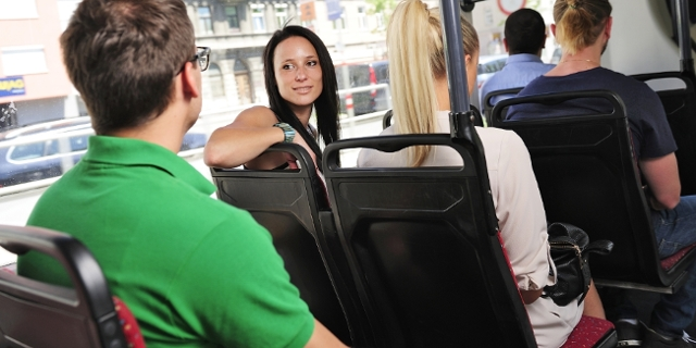 Sitzende Fahrgäste in Straßenbahn