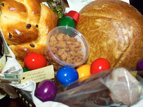 Striezel, Brot, Wein, Eier, Schinken für eine Speisenweihe