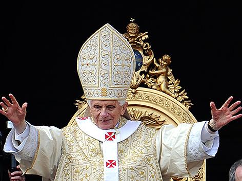 Papst Benedikt XVI. bei der Erteilung des Ostersegens im Jahr 2012