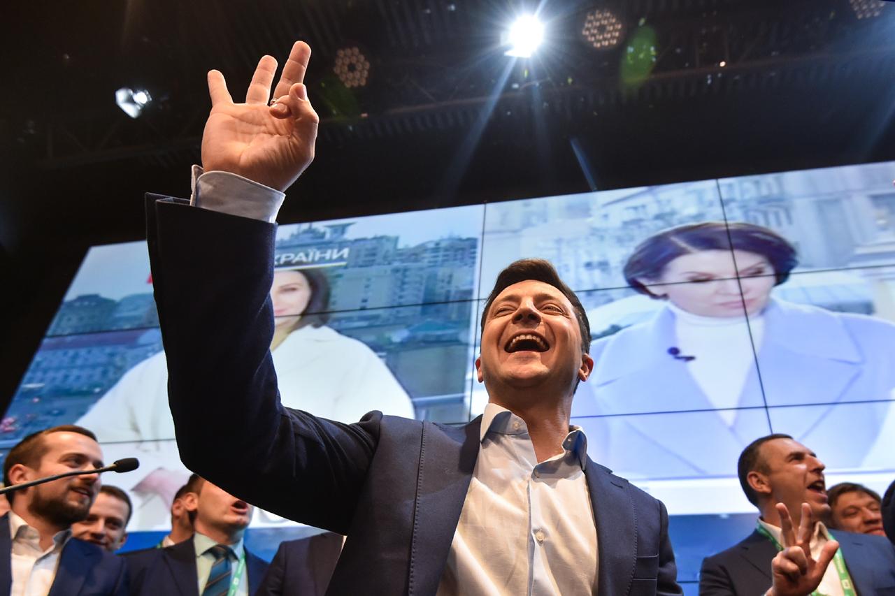 Wahlabend: Selenskis winkt.