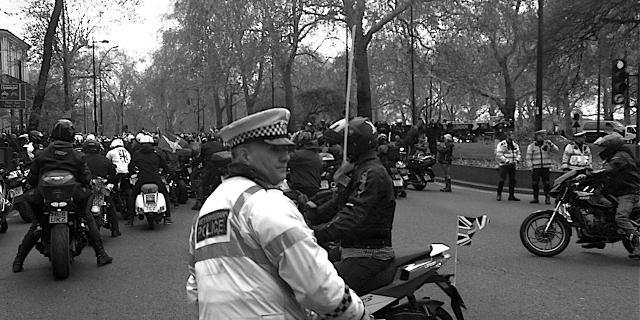 Bikers und Polizist