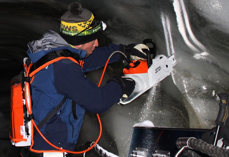 Die Eishöhle befindet sich am unteren Rand des Schaufelferners, etwa 20 Meter von der Oberfläche entfernt