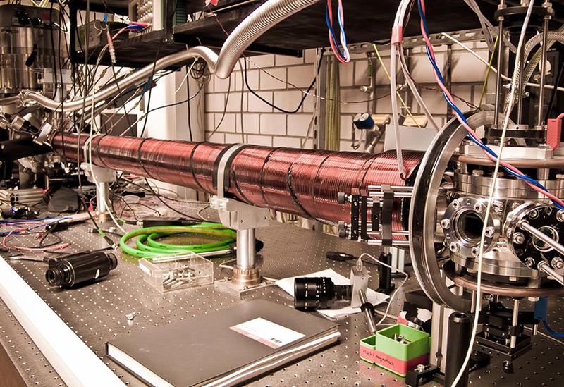 Die quantenphysikalische Methode basiert auf der selektiven Abbremsung der gesuchten Argon-39 Isotope durch Laserlicht. Diese werden in einer Atomfalle gefangen und detektiert (rechts im Bild)
