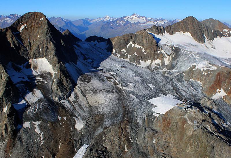 Der Schaufelferner im Herbst 2016. Die Eishöhle befindet sich unter der Abdeckung (weisse Fläche) in der rechten Bildmitte.
