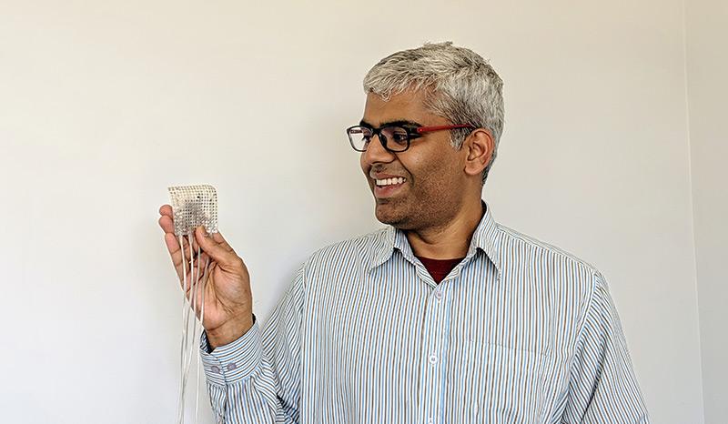 Forscher Gopala Anumanchipalli hält Elektroden in der Hand