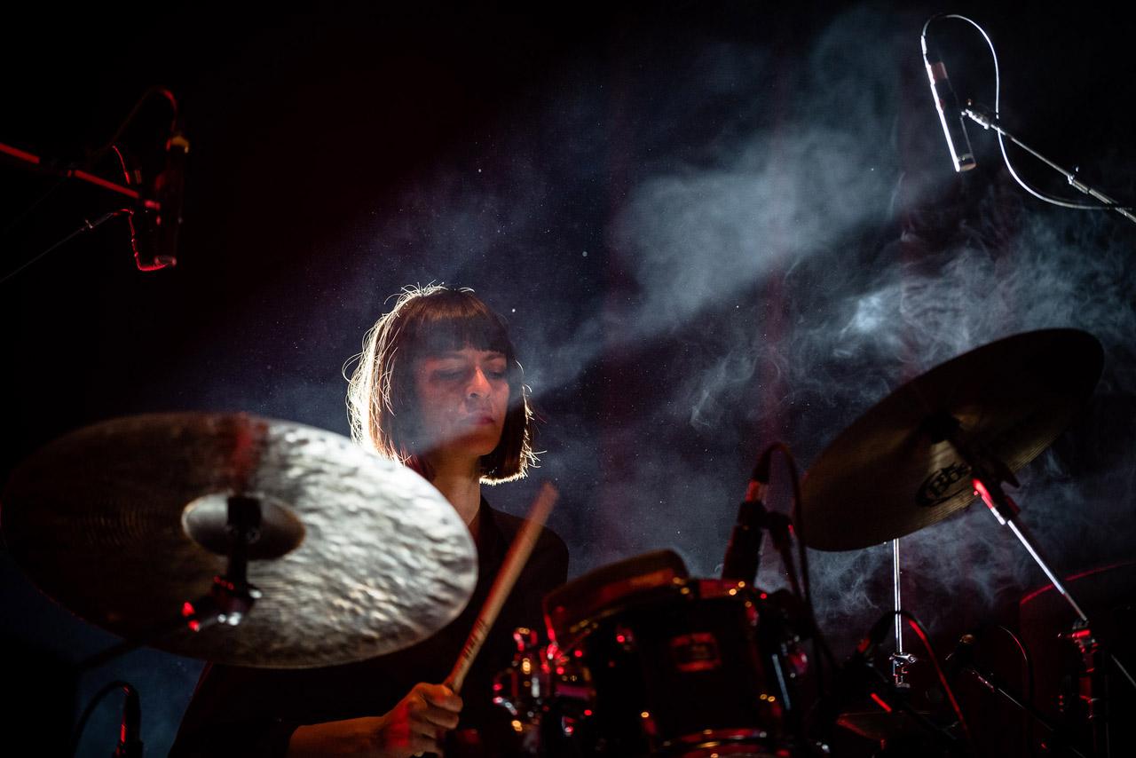 Katharina Ernst am Schlagzeug