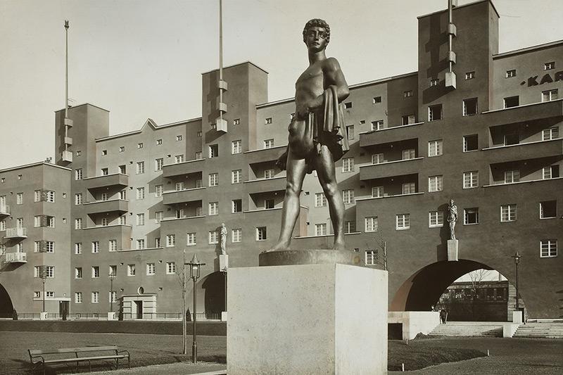 """Karl-Marx-Hof ca. 1930 mit der Skulptur, """"Der Sämann"""""""