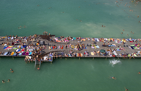 Touristen am Strand aus der Vogelperspektive