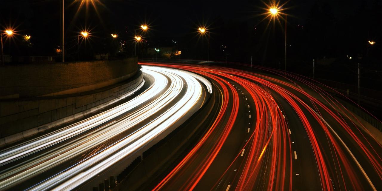 Autobahnverkehr bei Nacht