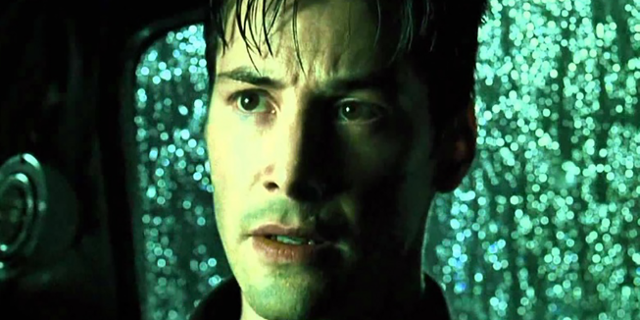 Keanu Reeves in einem Auto in The Matrix