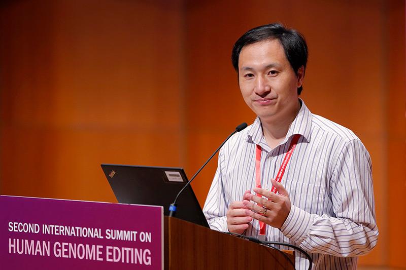 Forscher Jiankui He am Rednerpult bei einer Konferenz