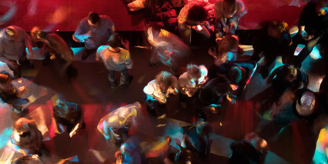 Menschen auf einer Tanzfläche in einer Disko
