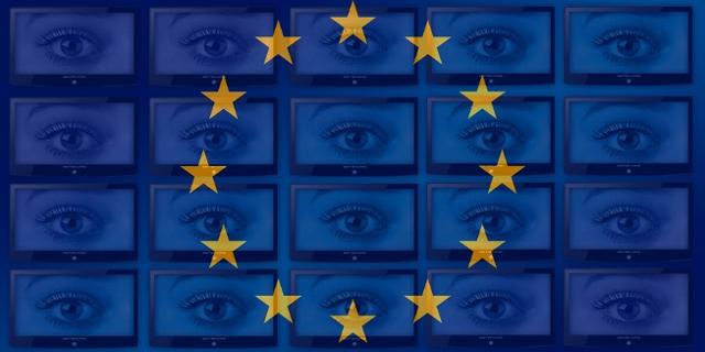 EU-Sternenbanner über einer Bildschirmwand, die lauter Augenpaare zeigt