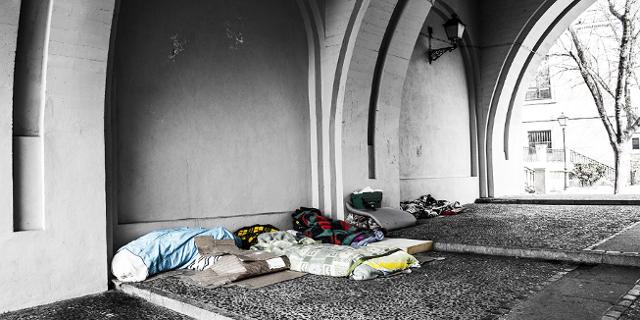 Schlafstelle von Obdachlosen unter einer Brücke