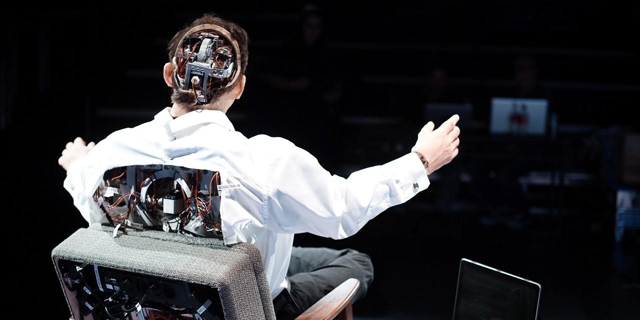 Stefan Kaegi / Rimini Protokoll / Thomas Melle Roboter beim Donaufestival 2019