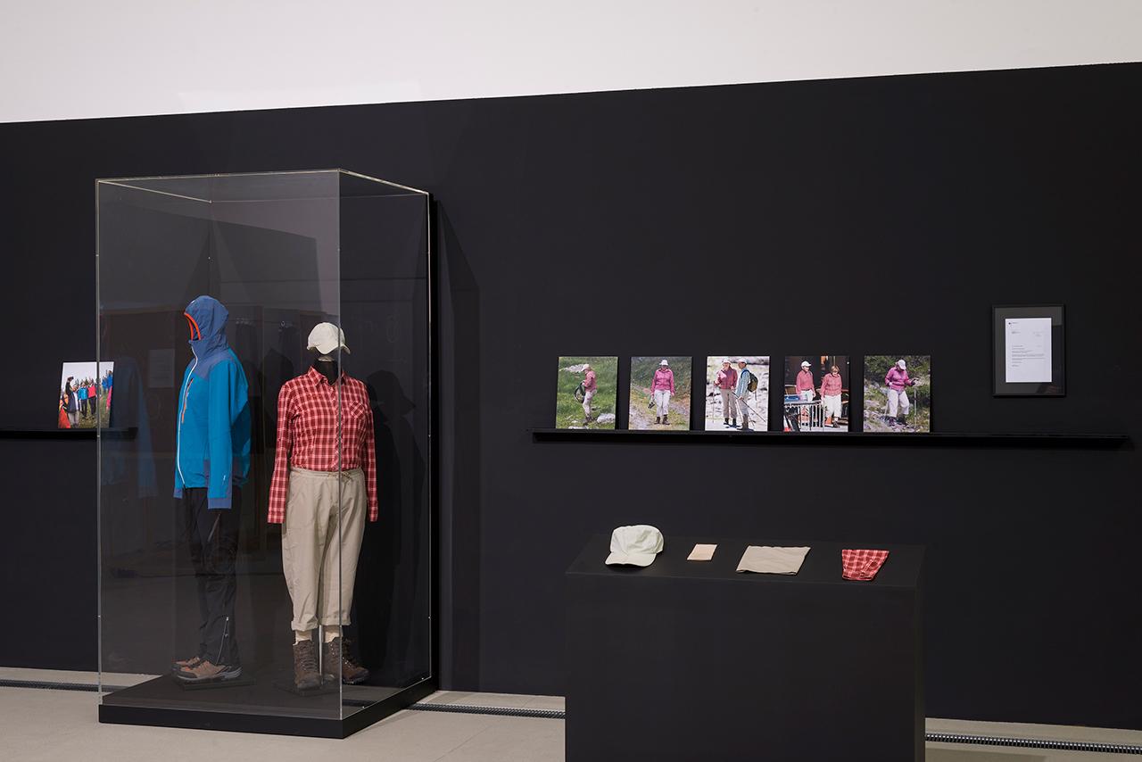 """Wanderoutfit von Sebastian Kurz und Angela Merkel in Jan Böhmermanns Ausstellung """"Deuscthland#ASNCHLUSS#Östereich"""""""