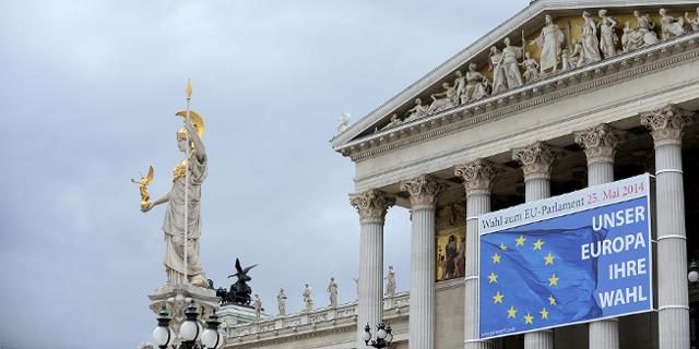 Plakat EU-Wahl vor österreichischem Parlament
