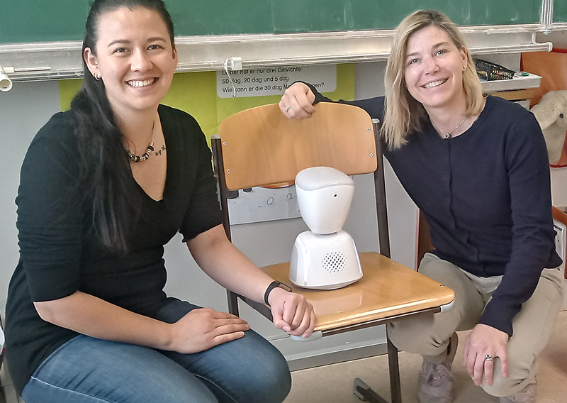Der Roboter AV1 mit den Lehrerinnen Sylvia Wulz und Fee Schneider