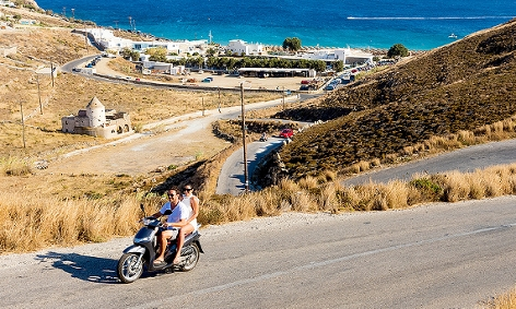 Pärchen in Mykonos auf einem Moped