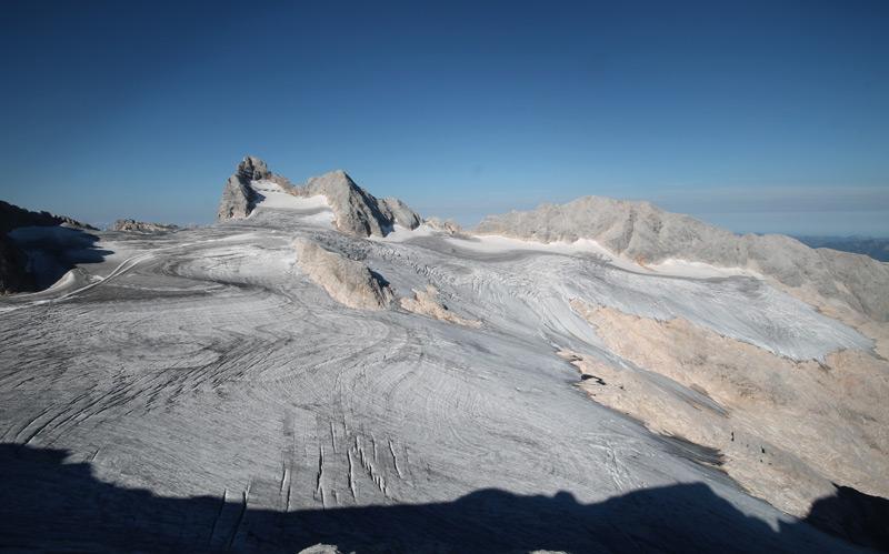 Der nahezu vollkommen ausgeaperte Hallstätter Gletscher, der größte Gletscher des Dachsteinmassivs