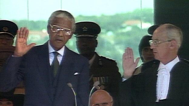 Nelson Mandela wird als Präsident Südafrikas angelobt