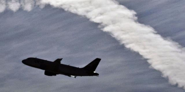 Flugzeug und Kondensstreifen